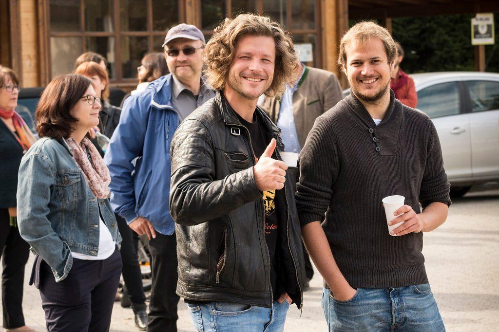 """Zuschauer bei der Eröffnung des Projektes """"Lighthouse"""" der Bayernkaserne"""